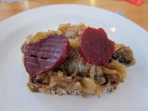 Lokal specialitet: saltstegte sild med bløde løg, sennep og rødbeder.